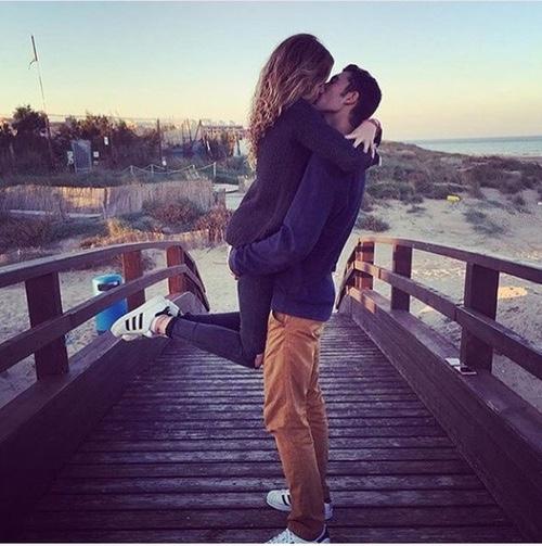 Гиф страстный поцелуй в губы с